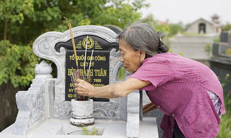 Mẹ liệt sĩ Bùi Thanh Tuân tin hài cốt được đặt ở nghĩa trang dòng họ chính là của con trai mình. Ảnh: Trọng Nghĩa.