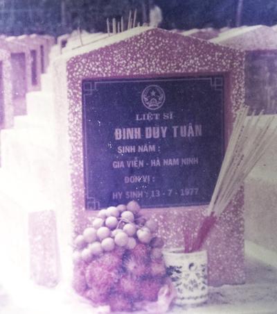 Ngôi mộ tại nghĩa trang liệt sĩ Dốc Bà Đắc có tên liệt sĩ Đinh Duy Tuân, Gia Viễn, Ninh Bình, nhưng ngày hy sinh lại là 13/7/1977, là ngày hy sinhcủa liệt sĩ Bùi Thanh Tuân.
