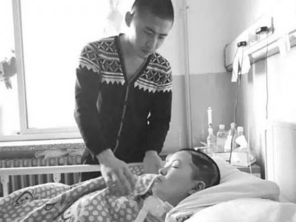 Ban đêm đi làm, ban ngày Liu dành hết thời gian cho bạn gái ở bệnh viện suốt 8 tháng. Ảnh: ET Today.