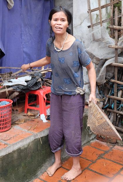Con dâu bà Lung, chị Vũ Thị Sơn thần kinhkhông ổn định, hay nói linh tinh và suốt ngày mắng con. Chị Sơn cũng cố gắng làm việc nhà, nhưng thường thì bà Lũng phải làm lại.Ảnh: Hải Hiền.