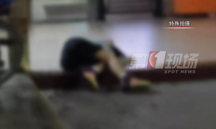 Tiếp quá nhiều rượu, khi đi làm về, Tiểu Mã - con gái cô Trịnh - ngã lăn ra sàn, không thể dạy đi nổi. Ảnh: 163.com.