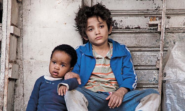 Zain (bên phải) có cuộc sống khổ cực, không có sự chăm sóc của bố mẹ. Ảnh: news.