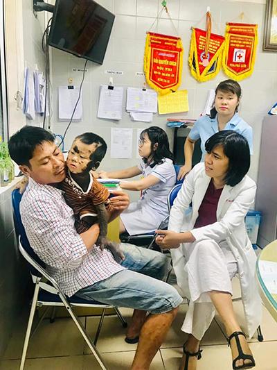 Anh Thắng (trái) gặpbác sĩ Dung (phải) vào 10/10, bác sĩ nhận định con trai anh là ca bệnh khó nhưng câu chuyện của hai bố con tiếp thêm nhiều động lực cho chị. Ảnh: Dung Phạm.