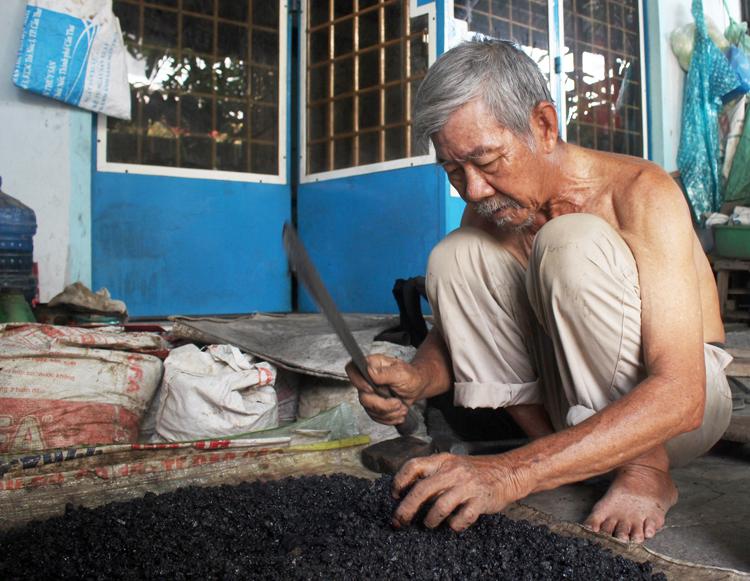 Ông lão 77 tuổi vá hàng trăm con đường - ảnh 3