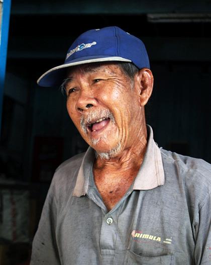 Ông lão 77 tuổi vá hàng trăm con đường - ảnh 2