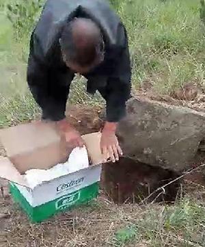 Trung Quốc Ông nội đến nhận cháu trai được cứu lên từ mộ