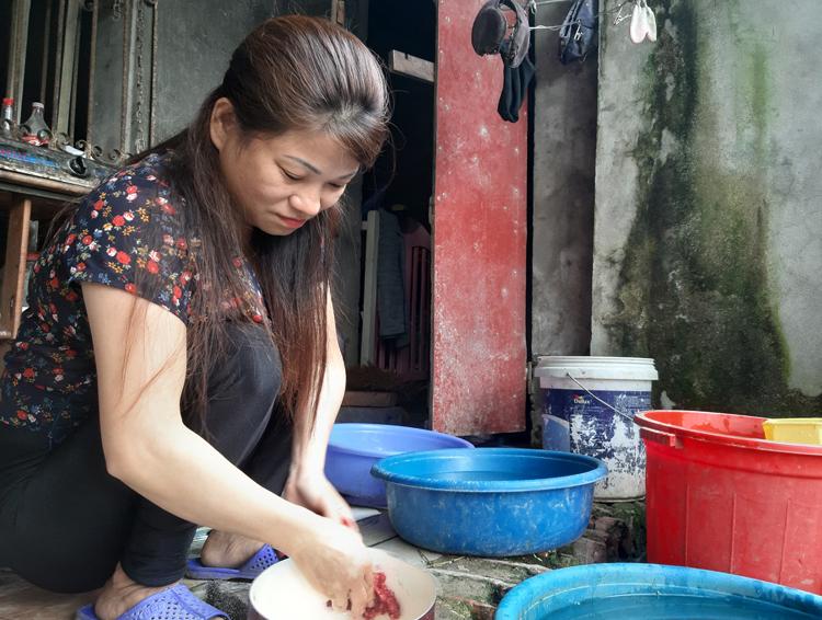 Ngoài công việc massage mặt, hàng ngày chị Dung giúp mẹ chồng cơm nước, giặt giũ. Ảnh: Nhật Minh.