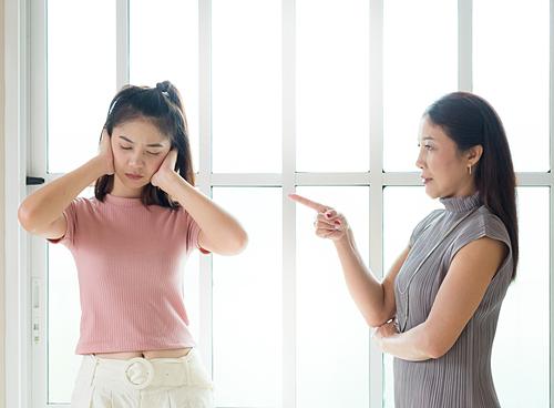 Cằn nhằn con cái là thói quen của nhiều bố mẹ Á Đông. Ảnh: Shutterstock.