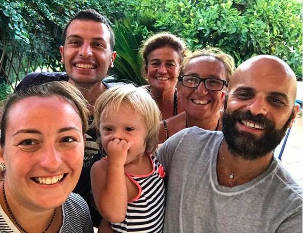 Bé Alba với bố (ngoài cùng phải) và gia đình bố. Ảnh: Instagram Luca.