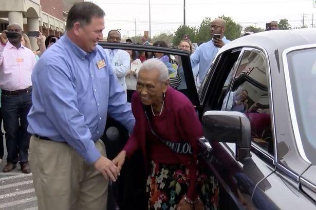 Cụ Romay được đồng nghiệp đón chào tại siêu thị hôm sinh nhật 100 tuổi. Ảnh:WSFA-TV.