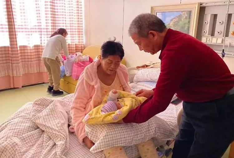 Ông Bình và bà Điền chăm con trong phòng chăm sóc đặc biệt của bệnh viện. Ảnh:bjnews.