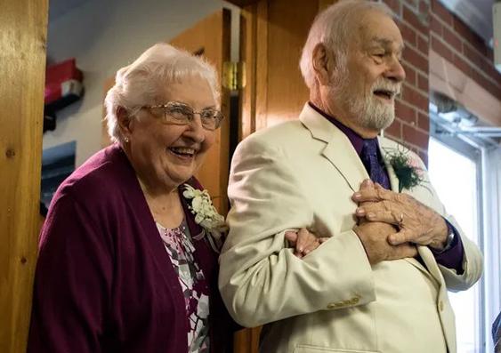 Ông Harvey và bà Adkins trong tiệc cưới. Ảnh: Theadvocate.