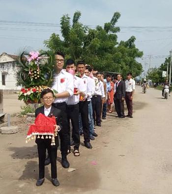 Chú rểHùng trước đoàn phù rể chuẩn bị vào nhà cô dâu ở Ninh Thuận sáng 6/10. Ảnh: N.H.