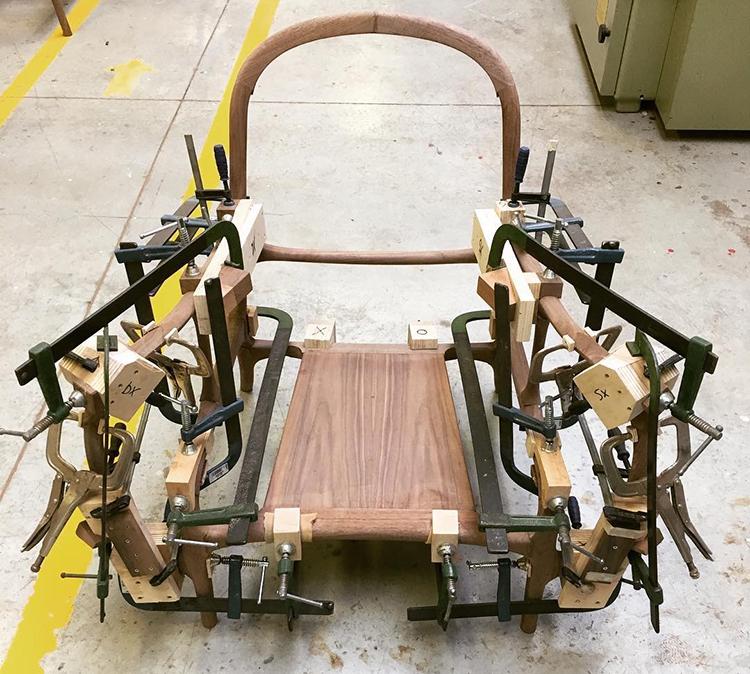 Các khối và các thanh gỗ hoàn thiện được ghép lại theo các khớp nối mà không cần bất cứ loại đinh ốc nào để gắn kết.
