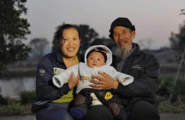 Ông Wen sức khỏe vẫn còn tốt, vẫn lao động hàng ngày để cuộc sống gia đình tốt đẹp hơn. Ảnh: Kuaibao.