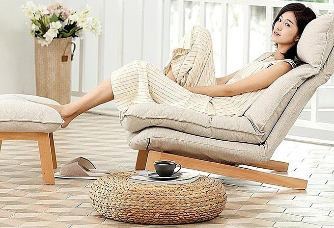 Sofa thư giãn Muji được nhiều gia chủ đặt ở phòng khách để có thể nằm đọc sách, xem phim và ngắm thiên nhiên bên ngoài. Thiết kế đậm chất thiền Nhật Bản có khung bằng gỗ sồi, khớp gập của hãng Hiraki bền chắc. Vỏ đệm bằng vải thô màu beige tự nhiên, chống bụi, thông thoáng, tạo cảm giác dễ chịu và thích hợp trong nhiều điều kiện thời tiết khác nhau Phong cách ghế tối giản với đệm lưng hai lớp có thể điều chỉnh linh hoạt. Gối tựa đầu cũng có khớp gập để người dùng có tư thế nghỉ ngơi thoải mái nhất. Sản phẩm giảm 11 %, còn 5,55 triệu đồng (giá gốc 6,25 triệu).