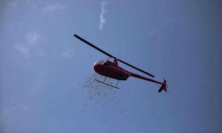 Chiếc trực thăng thả những phong bì đỏ, lì xì cho các vị khách đến tham dự đám cưới. Ảnh: qq.