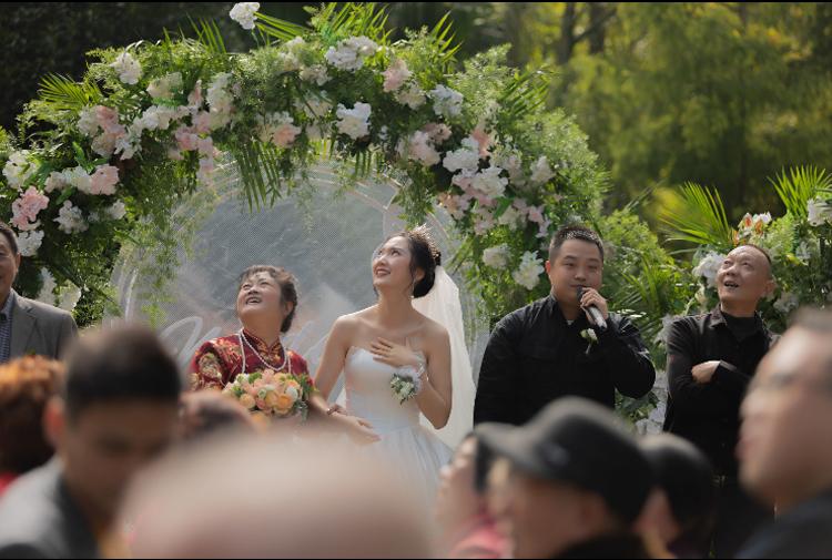 Cô dâu Vương Nữ quá bất ngờ từ món quà của chú rể dành cho mình. Ảnh: qq.