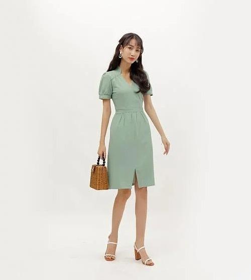 Đầm công sở dáng ôm thời trang Eden thiết kế cổ tim thanh lịch, duyên dáng.Màu xanh tươi mát, thích hợp diện chốn văn phòng. Đầm kiểu đắp tà phù hợp với nhiều dáng người khác nhau, giúp bạn cheđiểm yếucơ thể, tôn vòng eo. Chất liệumềm mịn, không nhăn, độ rũ vừa phải mang đến sự nữ tính, duyên dángcho phái đẹp. Sản phẩm có giá 293.000 đồng, giảm 30% trên Shop VnExpress.