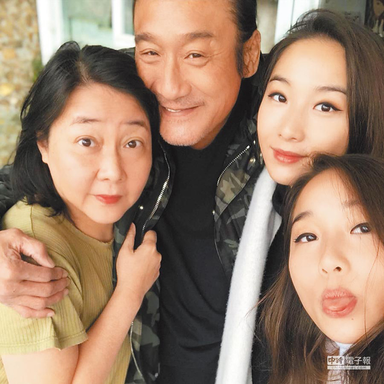 Diễn viên Lương Gia Huy bên vợ và hai con gái. Ảnh: sohu.