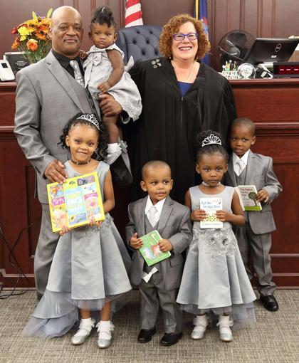 Lamont được toà án cho phép nhận nuôi cả 5 chị em một nhà mới đây. Ảnh: People.