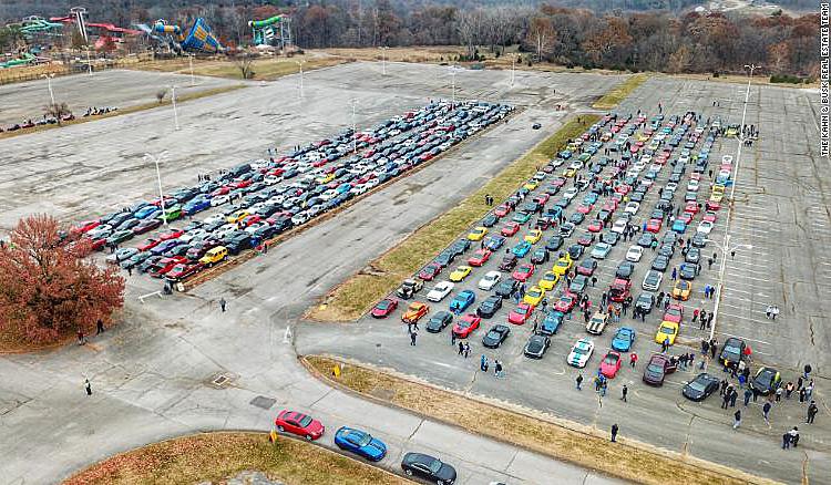 Hàng nghìn ôtô thể thao đưa tiễn cậu bé ung thư - ảnh 1