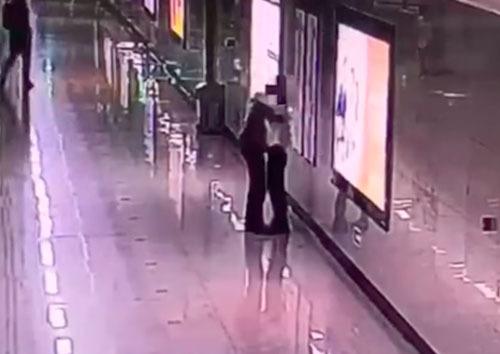 Nữ nhân viên ôm động viên người phụ nữ bật khóc vì áp lực công việc. Ảnh: Asiaone.