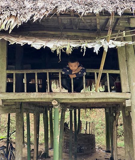 Nhà của Khuyên bên bìa rừng, cách nhà hàng xóm gần nhất 500 mét.Ở một mình được một năm, Khuyên đã quen, không muốn ở cùng người khác. Ảnh: Trọng Nghĩa.