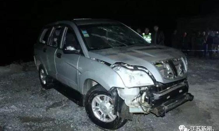 Chiếc xe gặp nạn sau khi được trục vớt. Ảnh: jiangshunews.