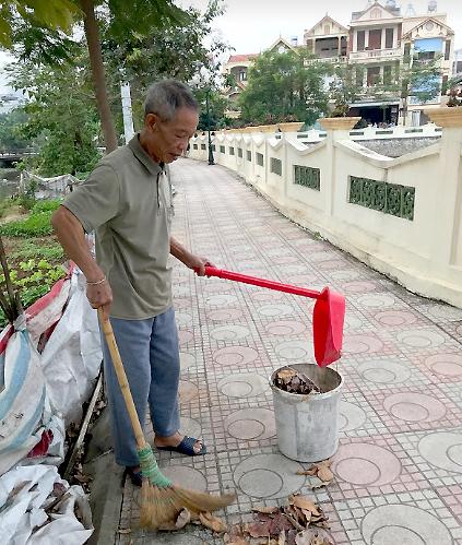 Ông Hùng ngày nào cũng đi quét sạch đường dạo ven ao. Ảnh: Hải Hiền.