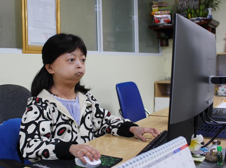 Hiện tại, Mai Lan phụ trách thiết kế tại phòng truyền thông của doanh nghiệp cổ phần. Mai Lan tuy thiệt thòi về ngoại hình nhưng chuyên môn tốt. Bạn ấy hay đi sớm, về muộn. Hàng tháng, bình bầu nhân viên xuất sắc, Lan thường xếp thứ 3, thứ 4, anh Đào Quang Huy, phó phòng nhận xét.