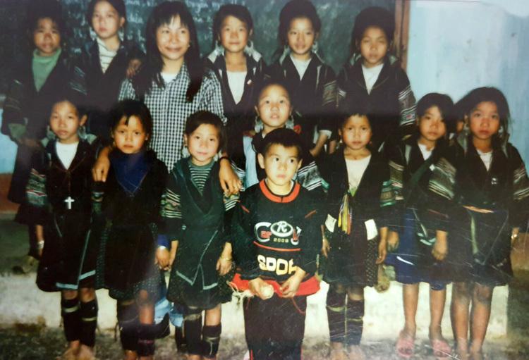 Hải Ngân cùng các học trò tại trường tiểu học Lao Chải, Sapa năm 2002. Ảnh: V.N.