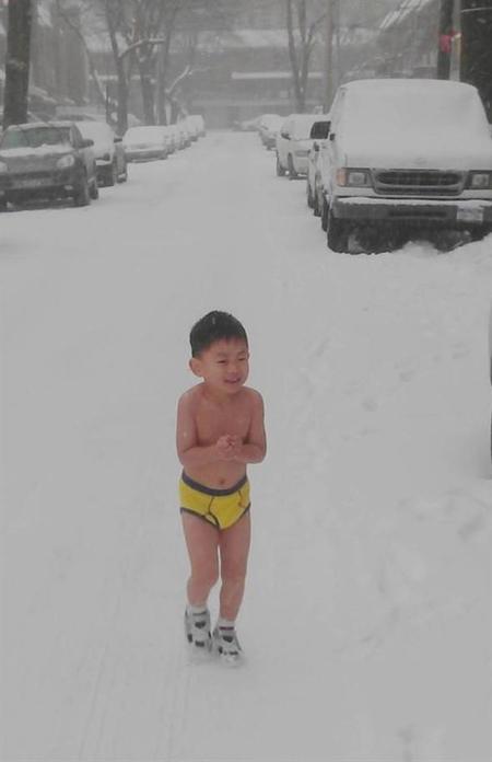 Bắt con cởi trần dưới tuyết, đi bộ qua sa mạc để thành tài
