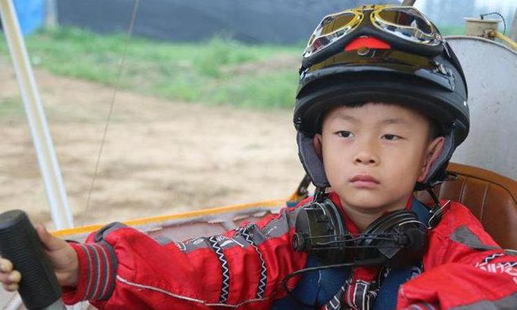 Đa Đa đã tự mình lái máy bay năm 5 tuổi, cậu có thể lái máy bay nhỏ quanh công viên ở Bắc Kinh. Ảnh: qq.