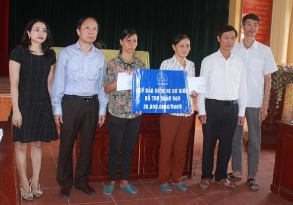 Ông Bùi Gia Anh, Tổng Thư ký Hiệp hội Bảo hiểm Việt Nam (thứ hai từ tráisang) trao hỗ trợ nhân đạo cho người dân ở tỉnh Hải Dương. Ảnh: Nguyễn Toàn.