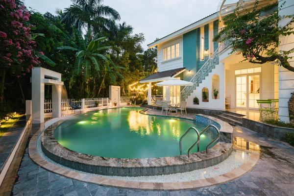 Căn nhà thiết kế 2 tầng kết hợp với khoảng sân vườn xanh mát, bể bơi tạo hình như chiếc lá ôm sát vào hàng hiên nhỏ, nơi chủ nhân hay ngồi uống trà thư giãn.