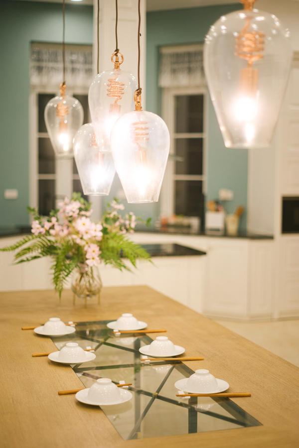 Màu sắc, đồ dùng trong căn hộ cũng thiên về những gam màu nhẹ nhàng như trắng, xanh...