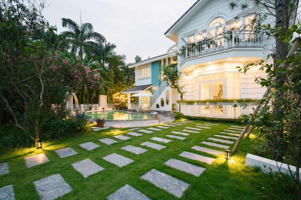 Lối vào nhà có nhiều cây xanh, tạo cảm giác gần gũi với thiên nhiên.