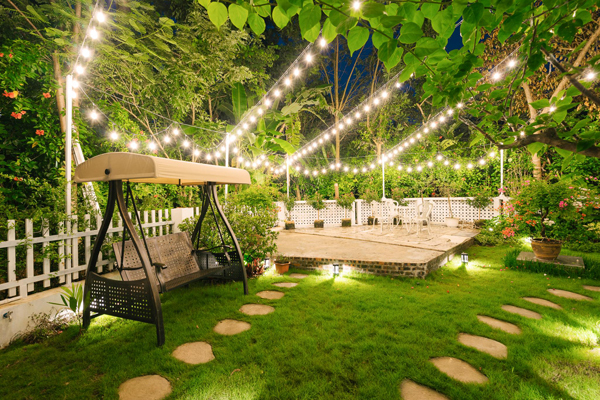 Ban đêm, hệ thống đèn chiếu sáng, tạo không gian thư giãn lãng mạn.