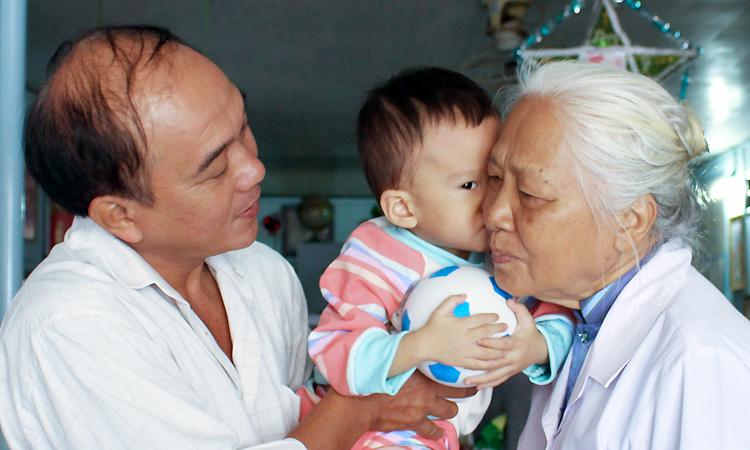 Bác sĩ già nhịn ăn nhịn mặc để chăm trẻ bại não - ảnh 3