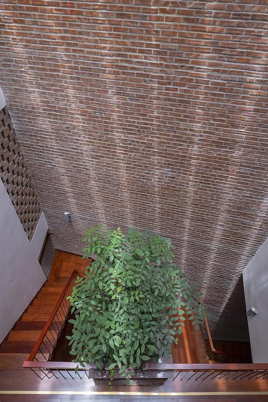 Ngôi nhà 'thở' qua hệ cửa chớp cao 4 tầng