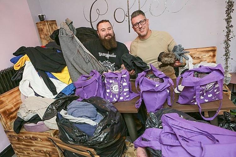 Anh Lee Shakespeare và bạn chuẩn bị quần áo ấm tặng người vô gia cư. Ảnh:James Turner.