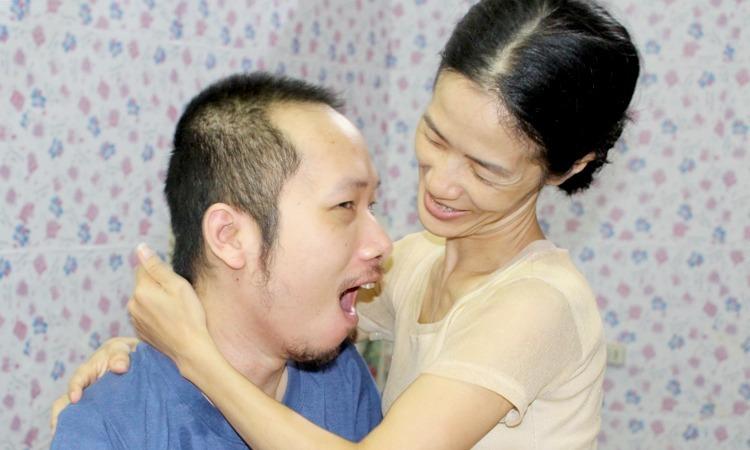 Một thân gầy chăm chồng liệt, chị Trang từng có ý định buông xuôi, ra đi cùng anh, nhưng tình yêu vẫn níu chị lại. Ngoài vợ và thỉnh thoảng là mẹ, anh Trung cũng không còn được người thân nào quan tâm. Ảnh:Nhật Minh.