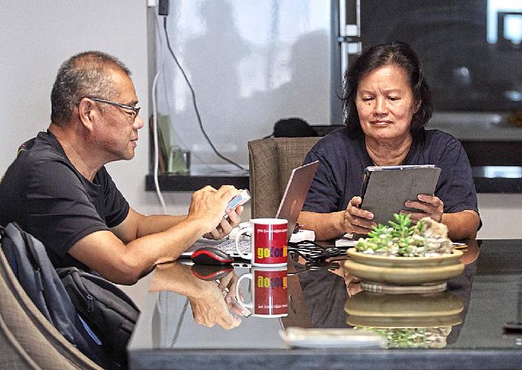 Lioh và Yea đôi khi nói chuyện qua tin nhắn điện thoại, cho dù ở cùng một nhà. Ảnh: The Star/Asia News Network.