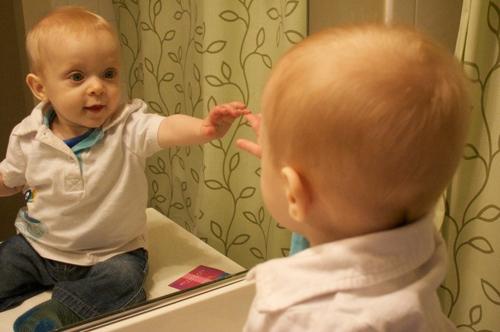 Chơi trước gương giúp trẻ có trải nghiệm tích cực. Ảnh:  Kona Gallagher / Flickr.