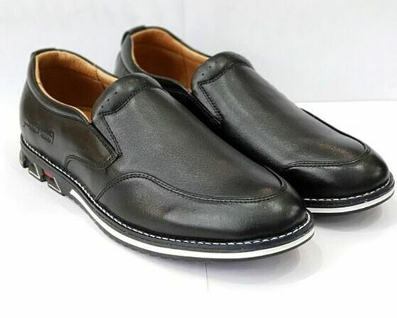 Giày da nam Pierre Cardin màu đen có thiết kế đơn giản phù hợp với nhiều loại trang phục. Từ giờ đến 23h59 ngày 1/1/2020, sản phẩm được giảm giá 50% trên Shop VnExpress, còn 1.245.000 đồng.