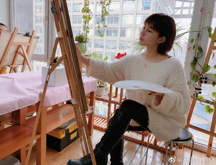 Sau khi bị cấm sóng toàn Trung Quốc, Mã Nặc chuyển sang vẽ tranh để thỏa đam mê nghệ thuật. Ảnh: qq.