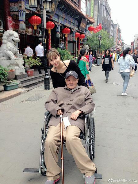 Mã Nặc thường đi ông nội đi dạo phố mỗi khi rảnh rỗi. Ảnh: qq.