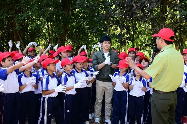 Trong buổi sáng ngày 5/1/2020, Lễ phát động OMO Tết Trồng Cây đã diễn ra tại VQG Cát Tiên. Tại sự kiện, OMO đã trao tặng Quỹ OMO Vườn Ươm Lộc Quý Việt Nam cho VQG Cát Tiên và Phong Nha - Kẻ Bàng, đây là một hoạt động nổi bật thuộc chiến dịch Tết cùng thông điệp Vui Trồng Lộc Tết, Lấm Bẩn Gieo Điều Hay do OMO khởi xướng. Ngoài các đối tác dự án là Báo Nhi Đồng, Báo Thiếu Niên Tiền Phong, đại diện 2 VQG Cát Tiên và Phong Nha - Kẻ Bàng, buổi lễ còn có sự góp mặt của hơn 80 em học sinh cùng 4 gương mặt trẻ có tiếng nói trong cộng đồng trong nhiều lĩnh vực khác nhau là ca sĩ - diễn viên Jun Phạm, MC Quang Bảo, travel blogger Chan La Cà và HLV fitness Hana Giang Anh. Đây cũng là những bạn trẻ rất tích cực chung tay với dự án Phủ xanh Việt Nam của OMO trong năm vừa qua.Đánh dấu cột mốc lần đầu tiên OMO phát động một chiến dịch Tết kêu gọi người tiêu dùng hướng đến một cái Tết vun trồng nhiều cây xanh, làm mới truyền thống hái lộc theo hướng thân thiện với môi trường, buổi lễ chính thức trao tặng Quỹ OMO Vườn Ươm Lộc Quý Việt Nam cho 2 VQG và triển khai trồng 6.000 cây quý hiếm. Các giống cây được lựa chọn để phù hợp với hệ sinh thái của từng VQG, như Cây Sưa, Cây Huỳnh,... tại VQG Phong Nha - Kẻ Bàng, Gỗ Đỏ, Giáng Hương, ... tại VQG Cát Tiên, góp phần bảo tồn sinh quyển đa dạng và độc đáo cho hai lá phổi xanh hùng vĩ bậc nhất nước ta, nỗ lực chung tay khắc phục hậu quả của nạn mất rừng.Đại diện nhãn hàng OMO trao tặng 3.000 giống cây quý hiếm cho các đại diện của VQG Cát Tiên và VQG Phong Nha Kẻ Bàng.Phát biểu tại buổi lễ, Bà Vũ Thị Phương Thảo – Trưởng nhãn hàng OMO chia sẻ: Trước thực trạng nhiều cây gỗ quý tại 2 VQG này đang dần bị cạn kiệt do thực trạng xâm canh, lâm tặc tàn phá, cháy rừng,... Quỹ OMO Vườn Ươm Lộc Quý Việt Nam sẽ giúp trồng mới hàng ngàn cây gỗ quý góp phần làm hồi sinh những mảng xanh đã mất ở hai hệ sinh thái phong phú bậc nhất Việt Nam này, đồng thời bảo tồn các giống cây quý hiếm cho sinh quyển.Trồng càng nhiều cây xanh, chúng ta gieo càng nhiều ma