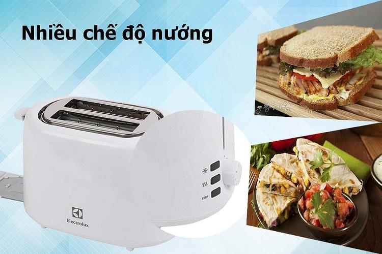 Máy nướng bánh mì Electrolux ETS1303W bao gồm 7 chế độ nướng cùng chức năng rã đông tiện lợi. Nút điều khiển cơ cùng núm xoay giúp bạndễ dàng thay đổi chức năng của máy. Sản phẩm hoạt động mạnh mẽ với công suất 730 W, giúp nướng bánh mì nhanh giòn, tiết kiệm thời gian. Lò nướng có kết cấu đơn giản, các chức năng của sản phẩm được hiển thị đầy đủ, rõ ràng. Sản phẩm có giá ưu đãi 25% trên Shop VnExpress, giảm còn 443.300 đồng.
